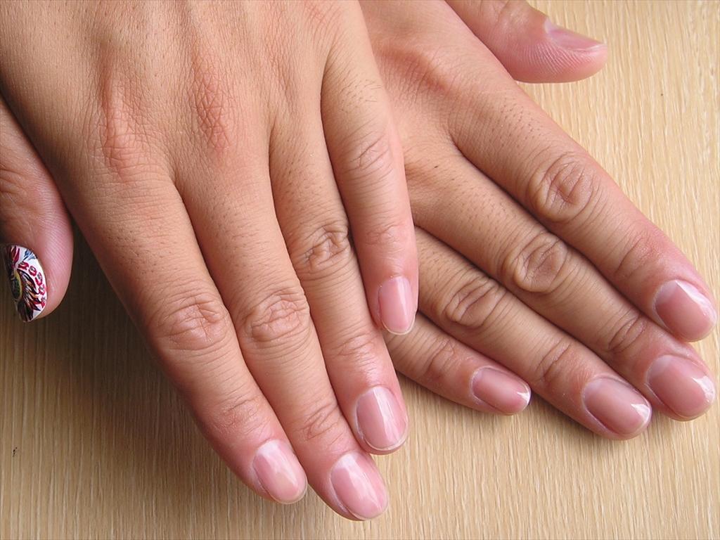 清潔に整った爪は仕事の説得力をも後押しする