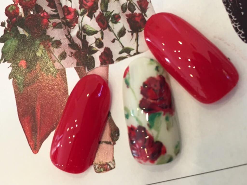 赤のネイルは花柄と合わせて◎。