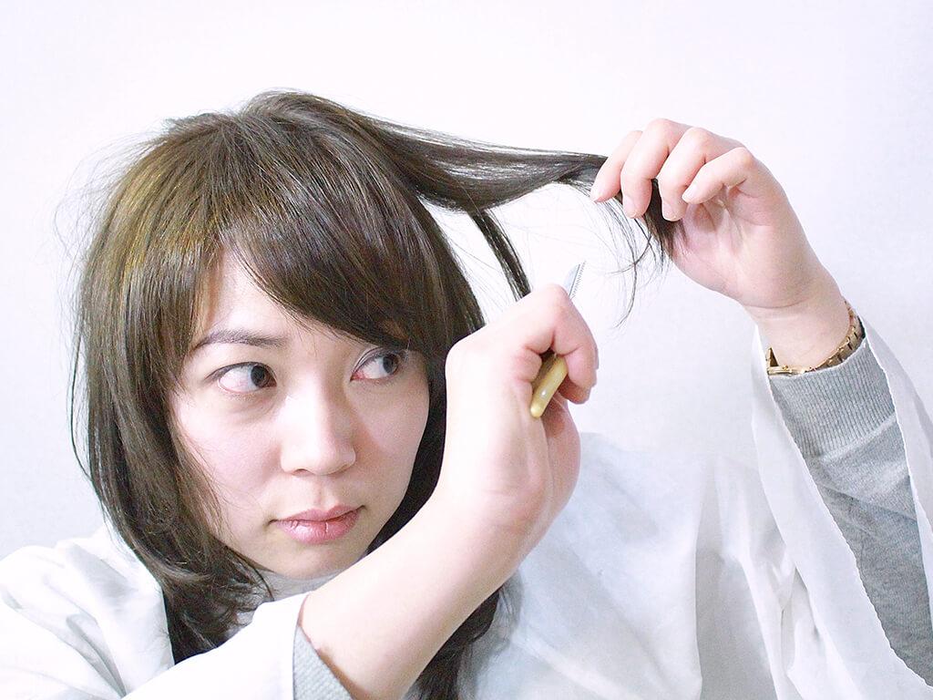 レザーで削ぐ時は頭に対して直角に持ちあげるのがポイント!
