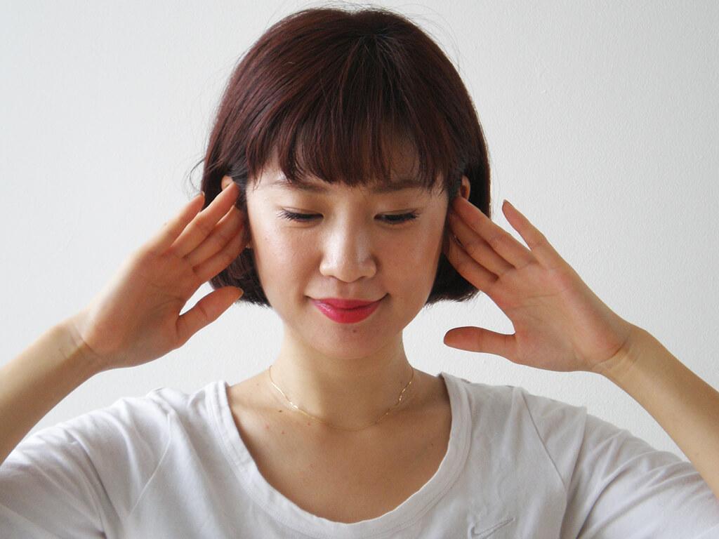 耳ツボを指圧し、リンパの流れを整える