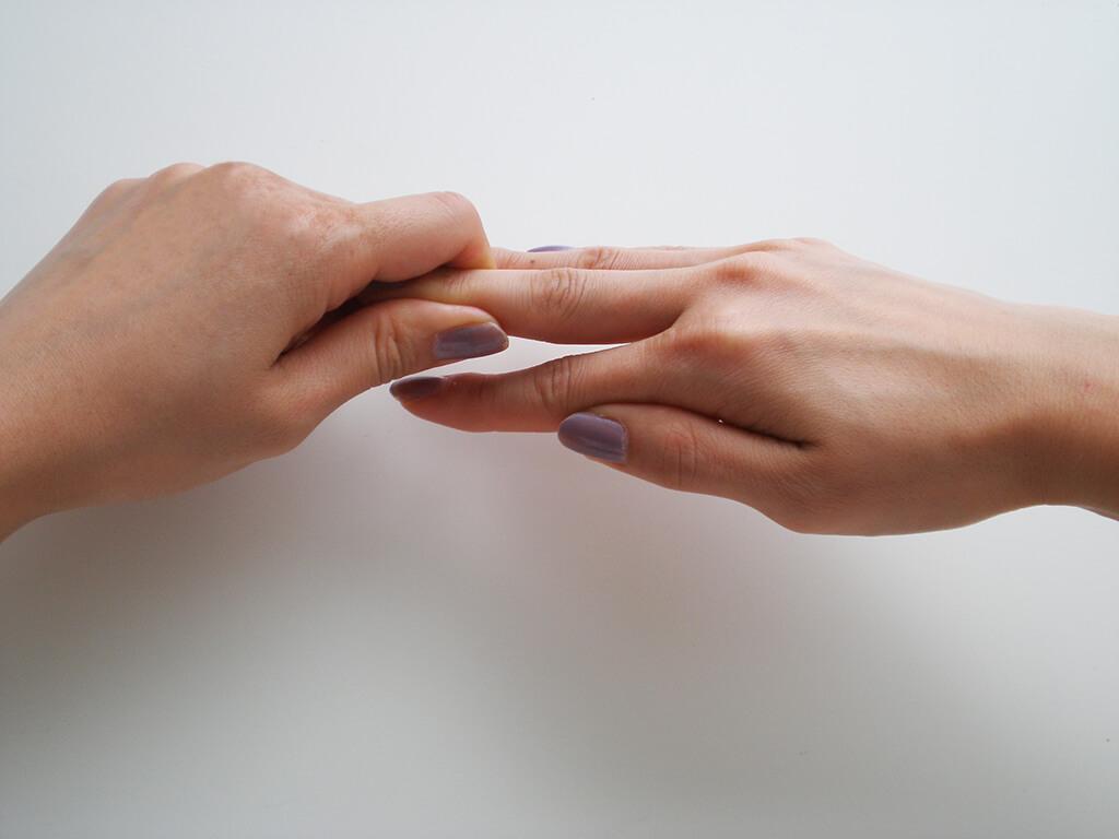 爪の艶もアップする、指先のマッサージ