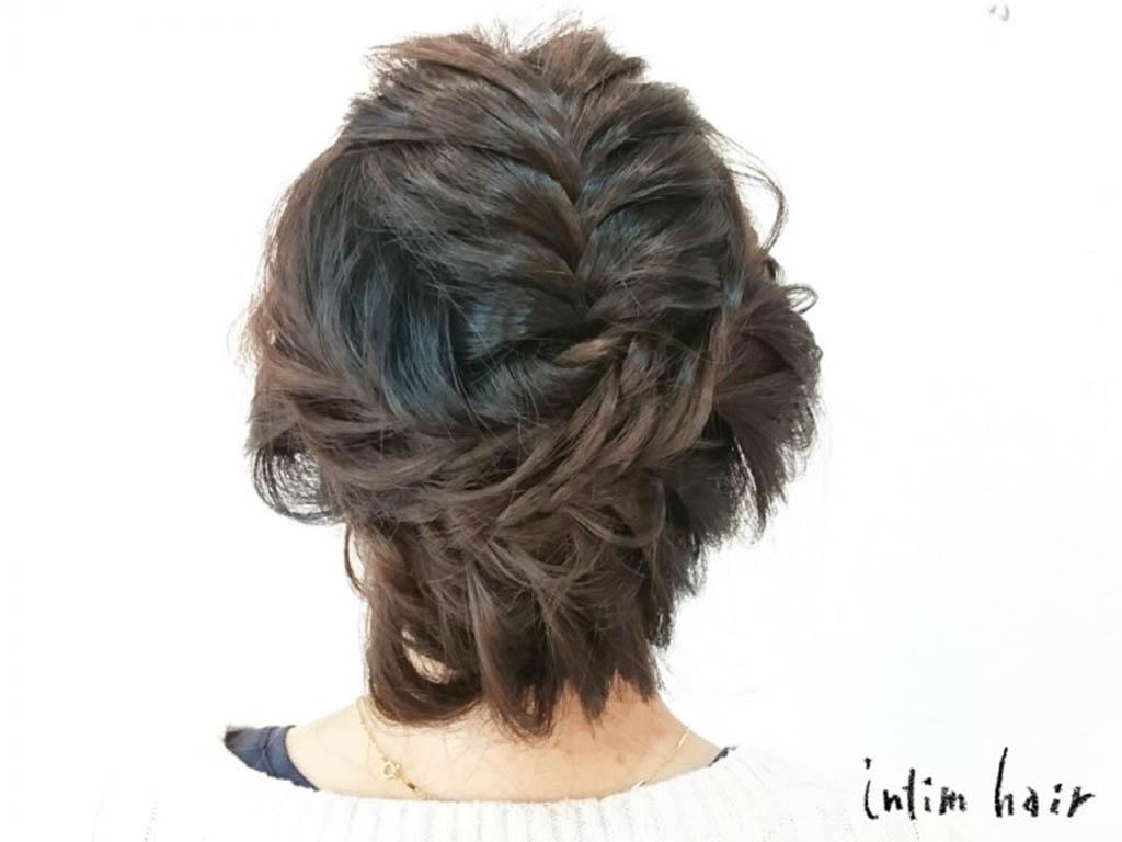 編み込みを使ったアップスタイルのヘアアレンジ