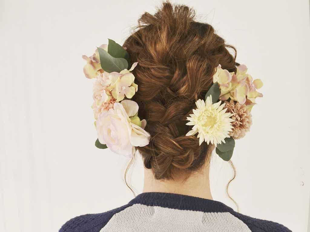 華やかな装いにぴったり♪造花ヘアアクセの使い方