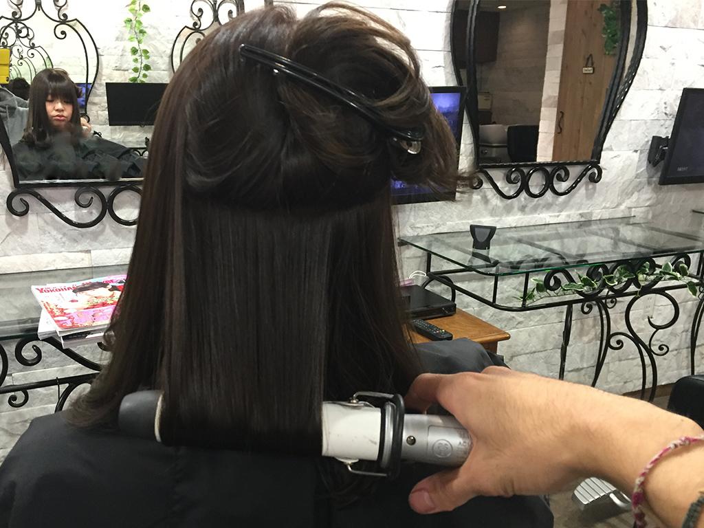 見えない後ろはピンなどを上手に使って髪をブロッキングしてから