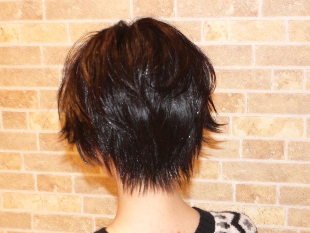小顔効果もある黒髪ヘアはスタイリングで質感を出して♪