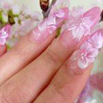 春のオトナ女子はクリア×ピンクの桜ネイルで爪から桜を先取り♪