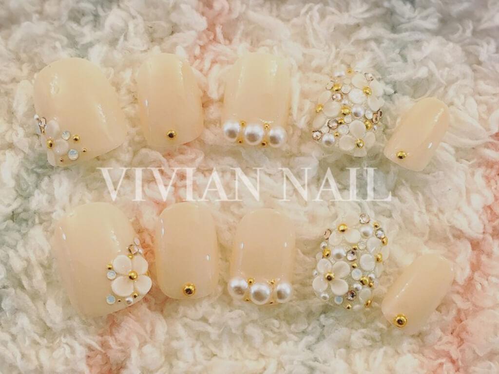 白のワンカラー+お花のエンボスアートは結婚式にも♪
