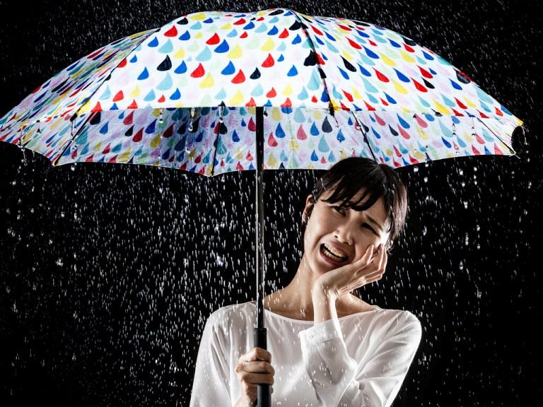 梅雨の湿気がメイクに生かせる?!艶肌ベースメイクの作り方