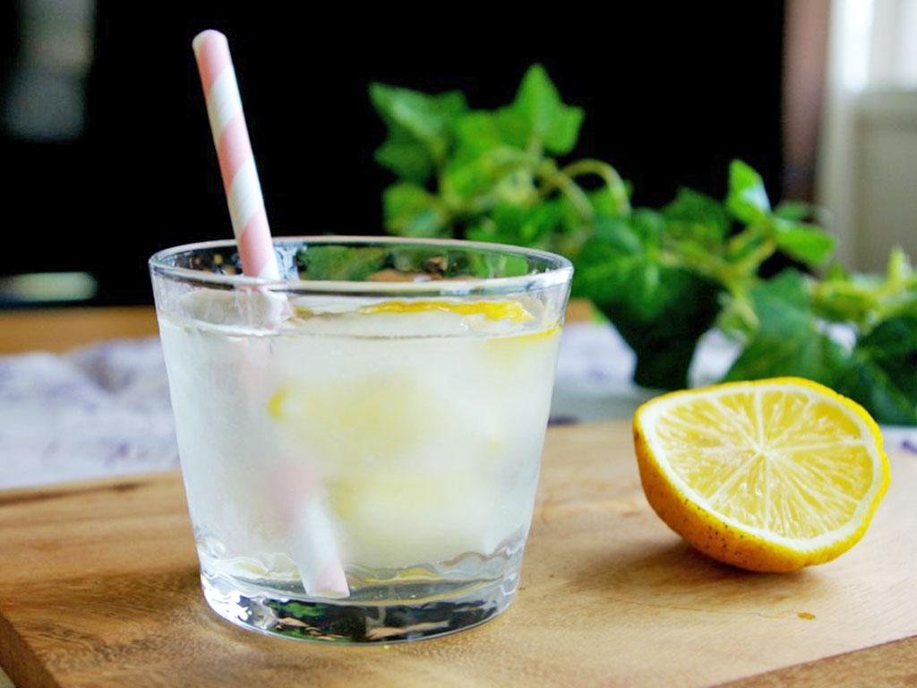 レモンウォーターの飲み方と、気になる効果は?