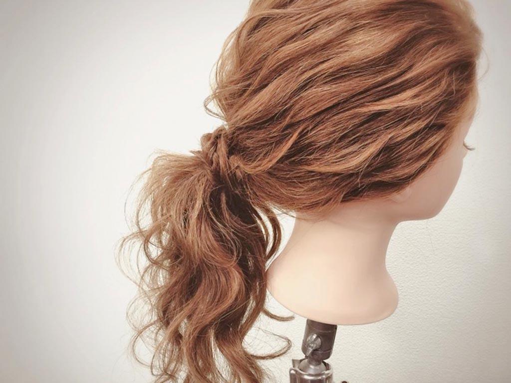 スティックを使った髪の毛の絡ませ方が崩れ防止のポイント