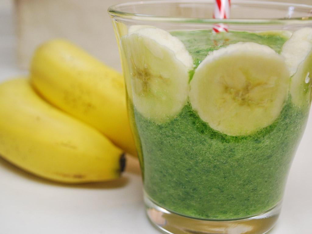 生理前に飲むとイイ?!小松菜×バナナのグリーンスムージー