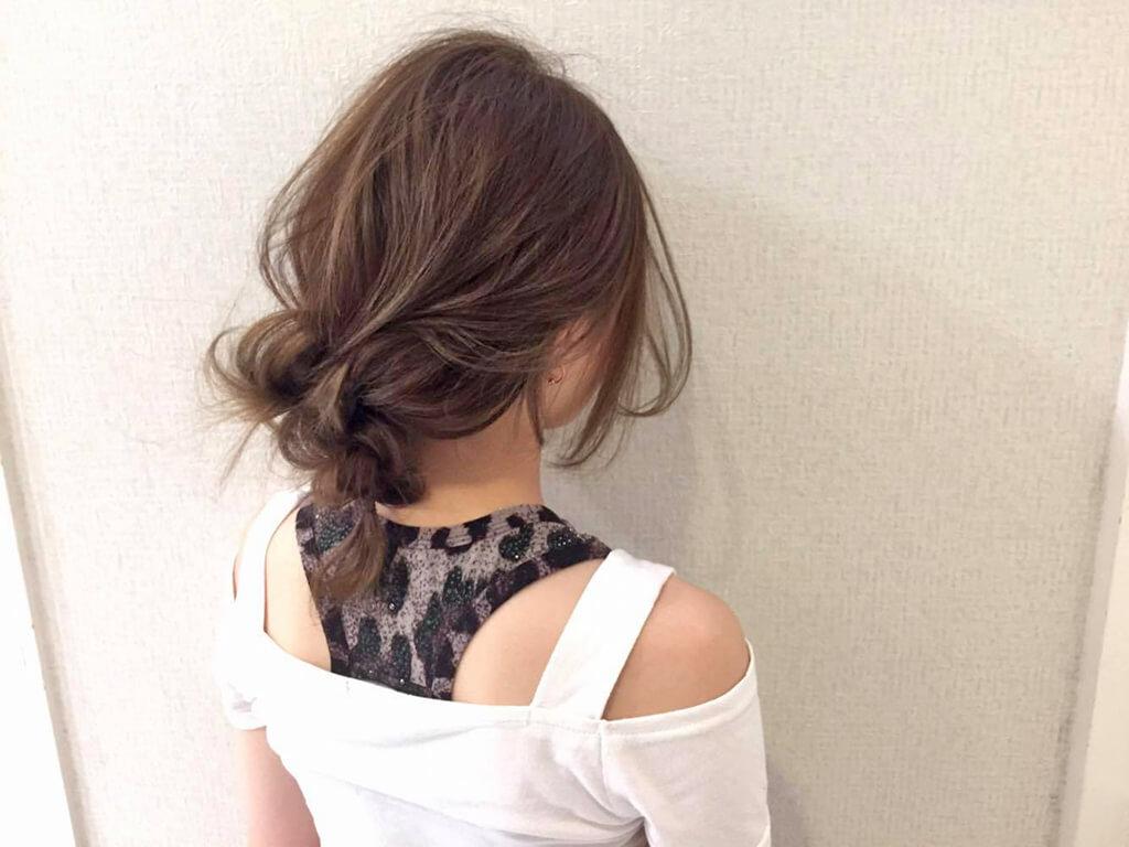 髪を結ぶノットヘアーで作る無造作スタイル♪