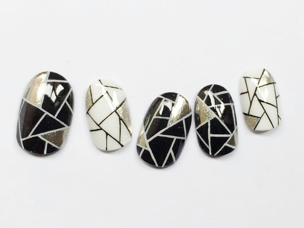 白黒カラーがクール! 幾何学ミラーネイル