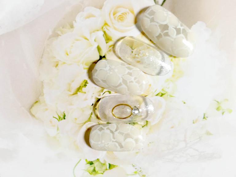 フラワーペイントが大人かわいい! 上品な純白のブライダルネイル