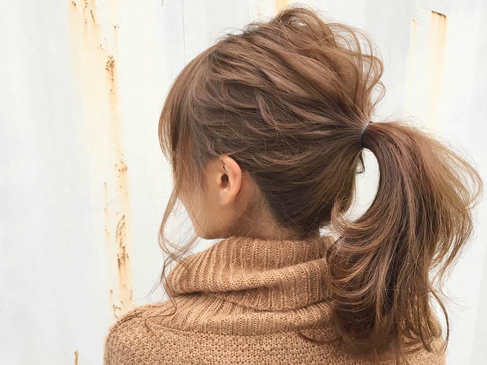 毛先をコテで巻けば、髪のふんわり感がアップ
