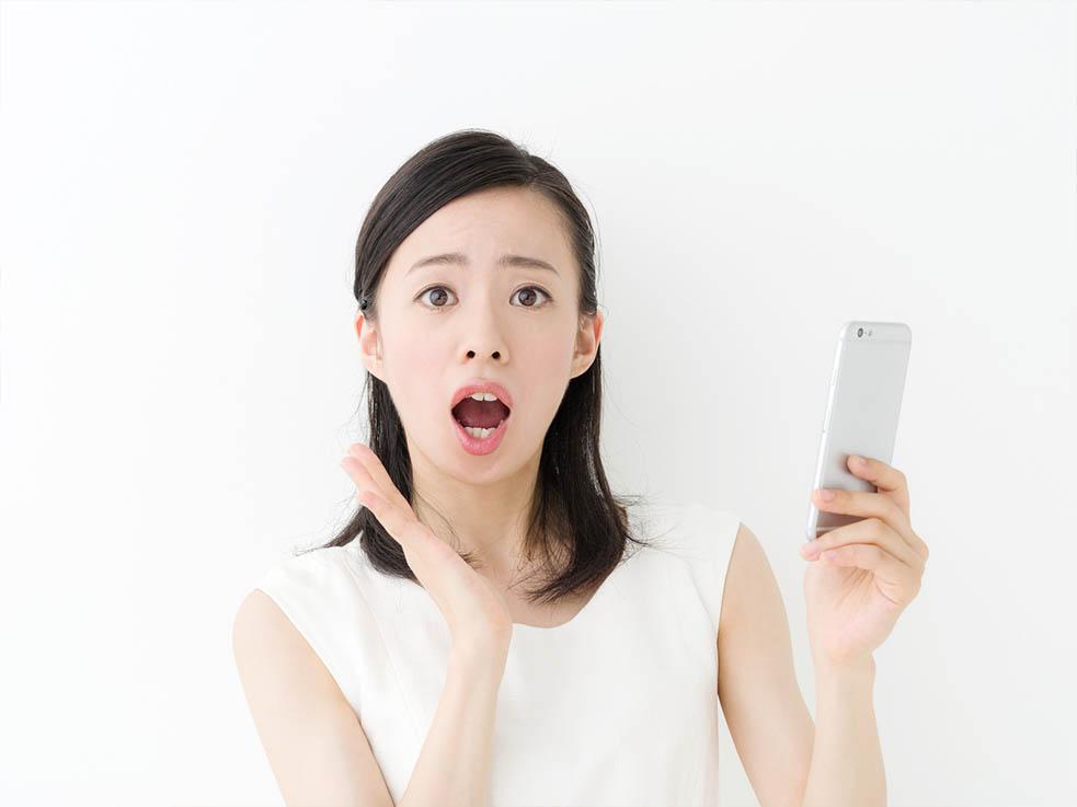 スマホを使っているときの姿勢が、顔のタルミの原因に!?