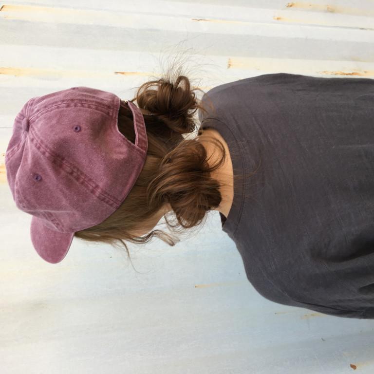 キャップに似合う簡単ヘアアレンジ!ロープ編みのお団子スタイル