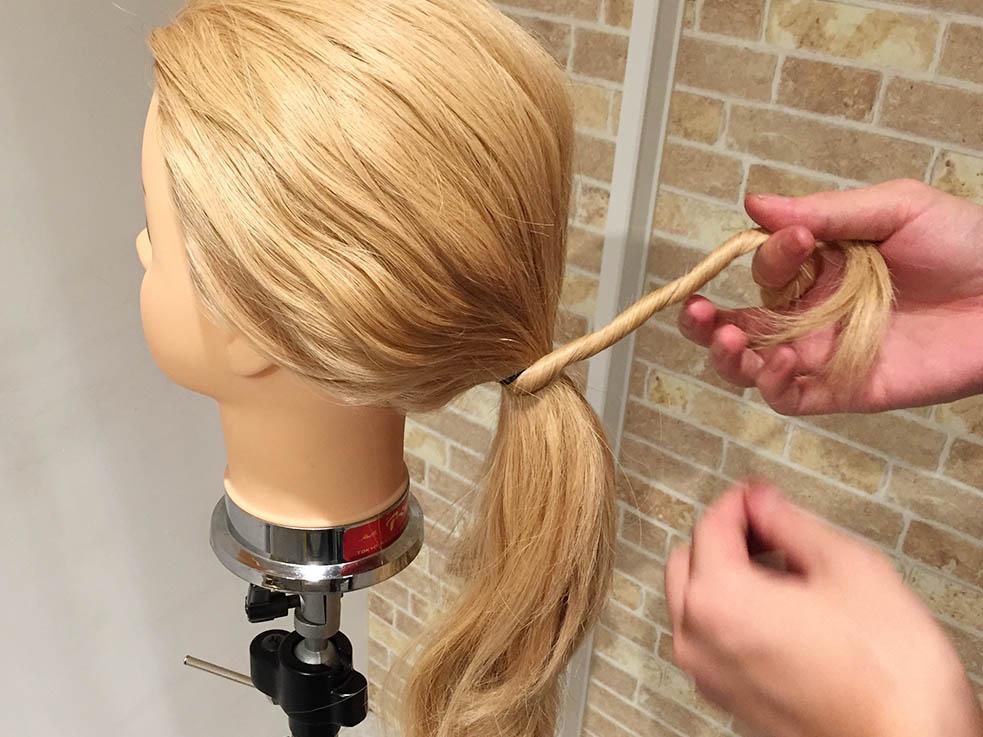 ねじりヘアでゴム隠しをするアレンジパターン