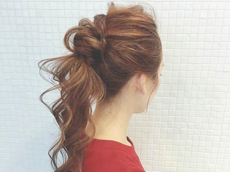 ツイスト+ゴム隠しの個性派ポニーテールヘアアレンジのやり方