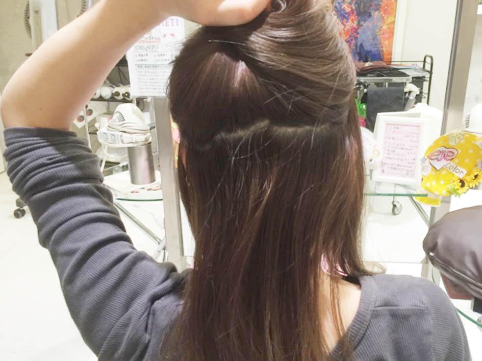 編み込みにチョイ足しこなれローポニーテールのヘアアレンジ