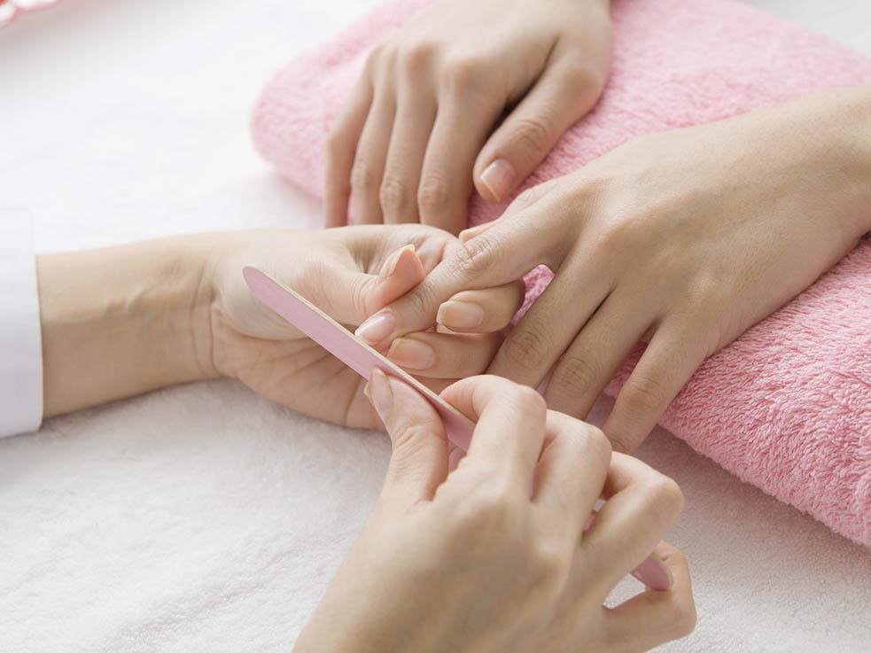 爪のケアも大切にして、ネイルを楽しみましょう