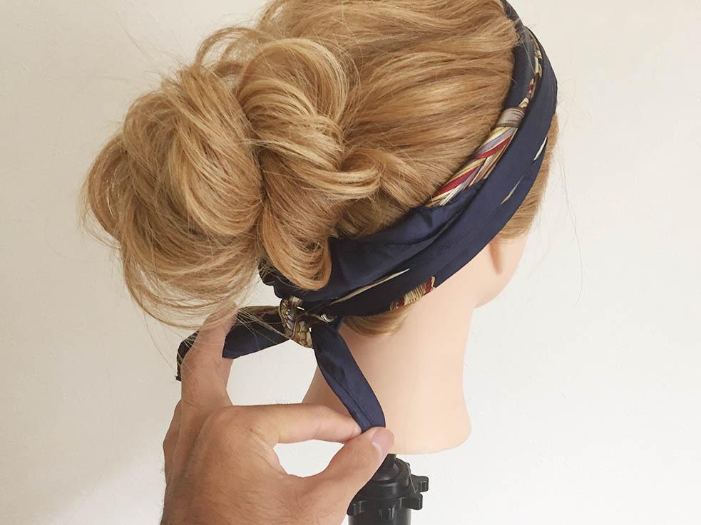 スカーフ+お団子シニヨンのヘアアレンジ方法