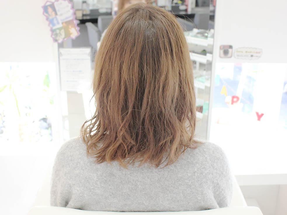 まず髪全体にクリーム状の柔らかいワックスを付けます
