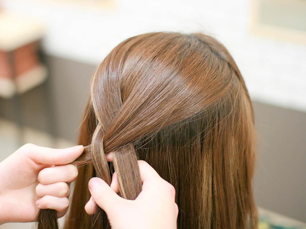 ①まず、トップの髪を取って、一順だけ三つ編みにします。