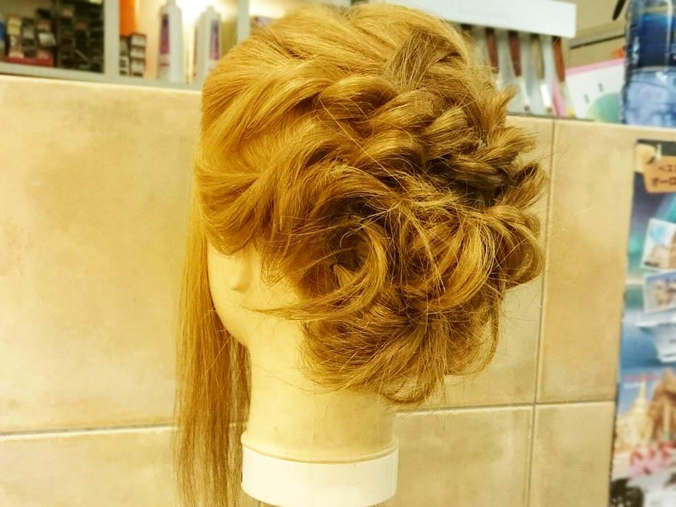 最後に、編み込みの毛束と残りの毛を一緒に外巻きにくるくると巻き込んでいきます