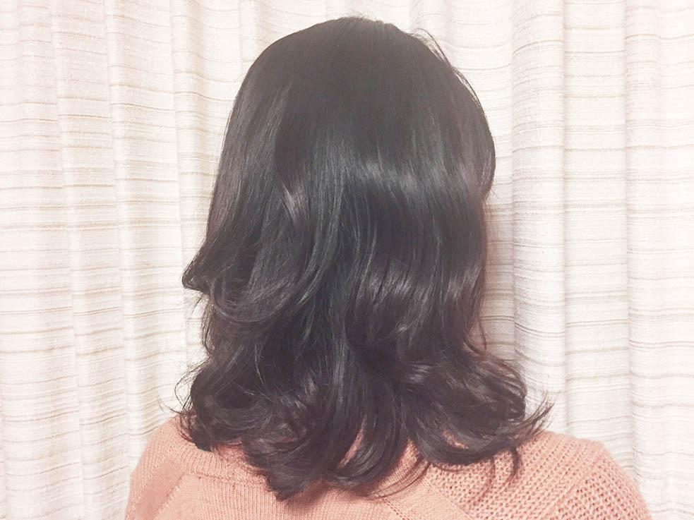 1.コテを使って髪全体をルーズにツイスト巻き