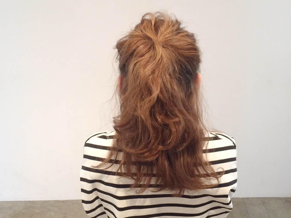 トップの髪を、耳上よりも高い位置で1つに結びます