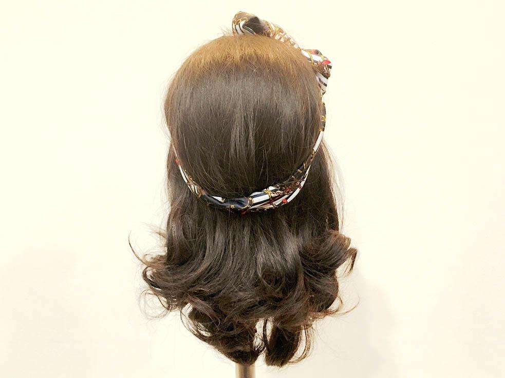スカーフを髪の上から巻きリボン結びにします