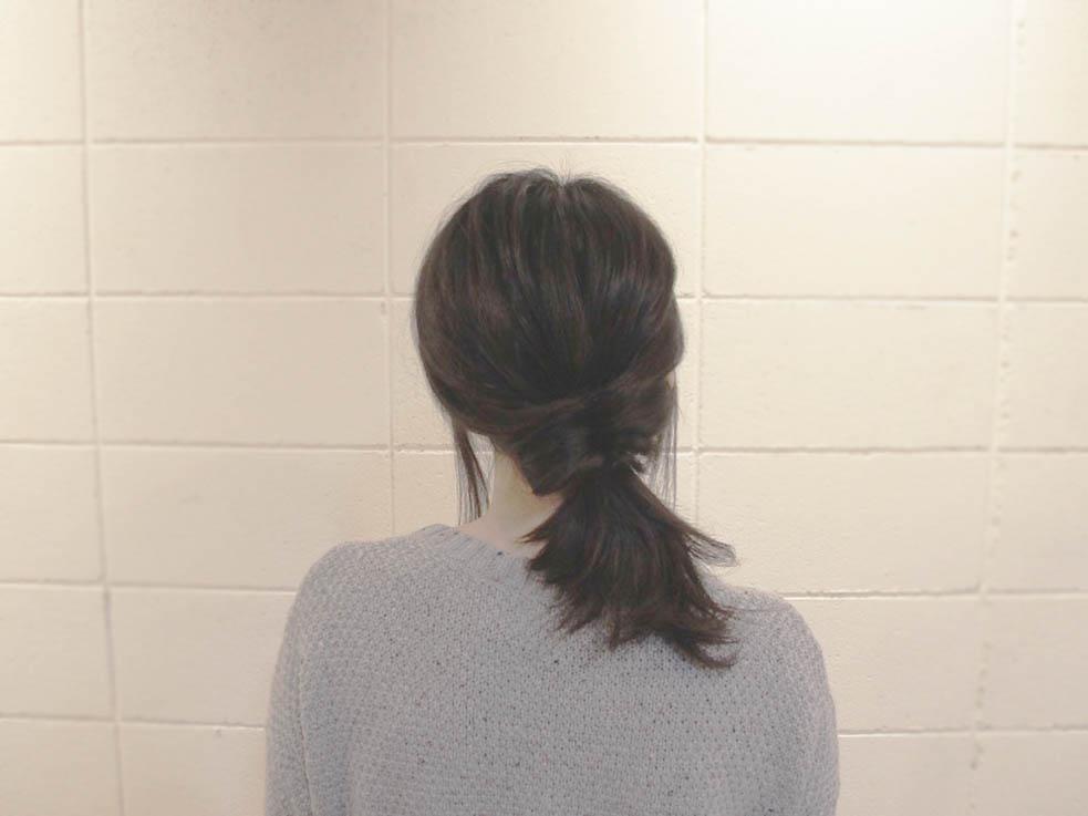 後ろの髪を右斜め下でゆるめに結んで、くるりんぱにします