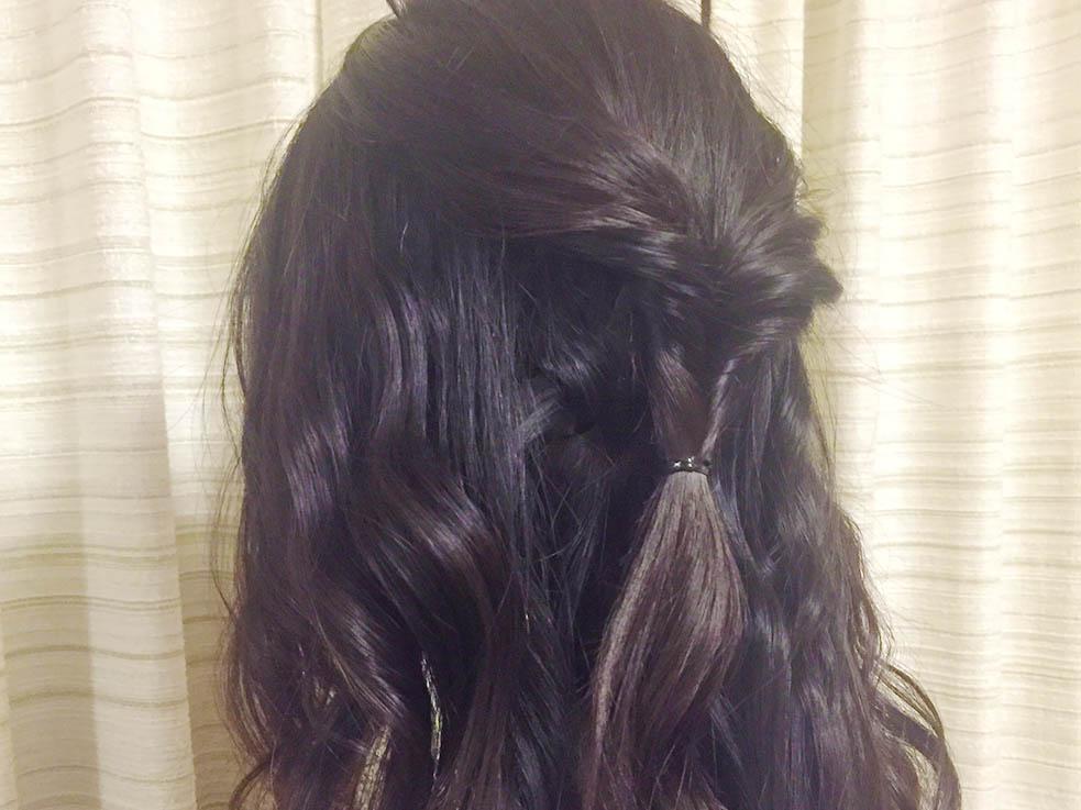 ②トップの髪を結んで、毛先を上から通してくるりんぱします。
