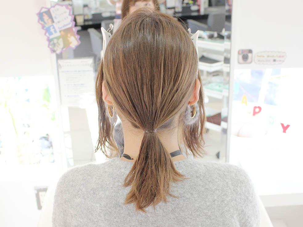 後ろの髪の毛を少し低い位置で1つにくくります