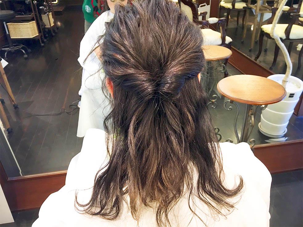 2.耳より上の髪を結んで、くるりんぱ