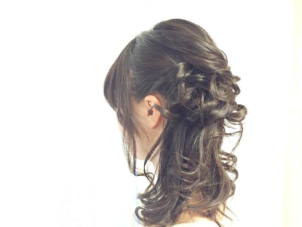 襟足の髪を片側にまとめて、おくれ毛を作って色っぽさを演出