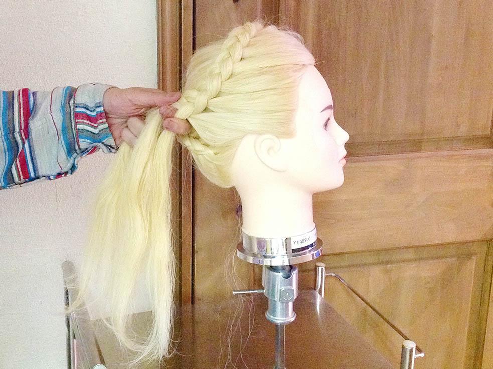 4.前髪も同様に片編み込みにする