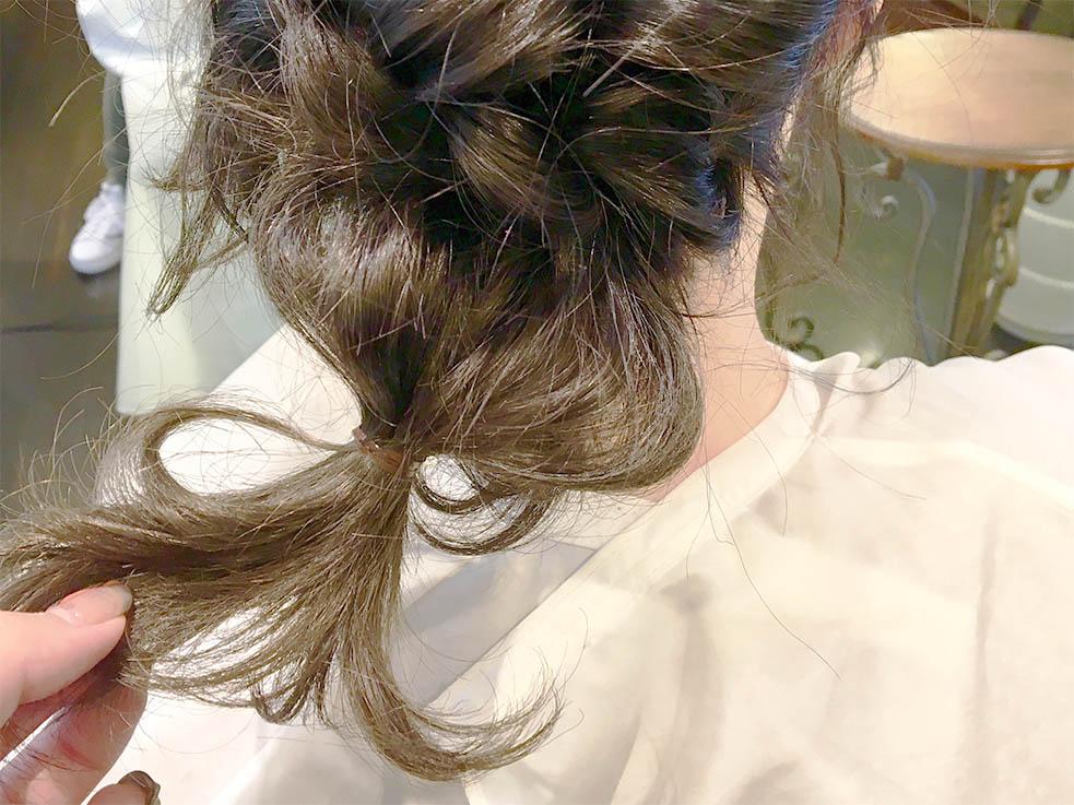 4.くるりんぱの毛先をヘアゴムで結ぶ