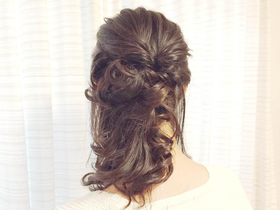 ④最後に残しておいた左側の髪を細めのコテでラフにツイスト巻きにして完成です。