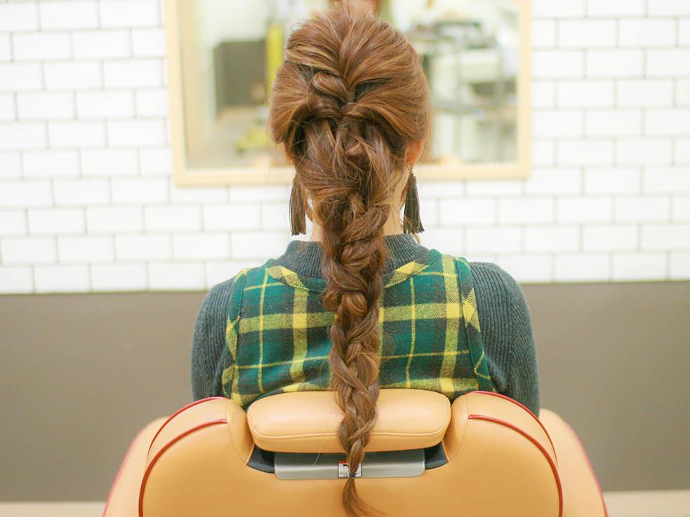 ⑥毛束を引き出しながら三つ編みにし、毛先まで編むと完成です。