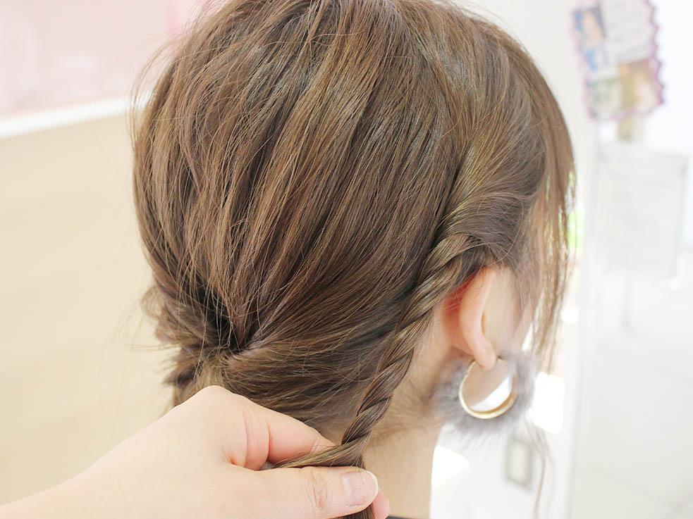 分けておいた両サイドの髪の毛をロープ状にねじって、ロープ編みにします