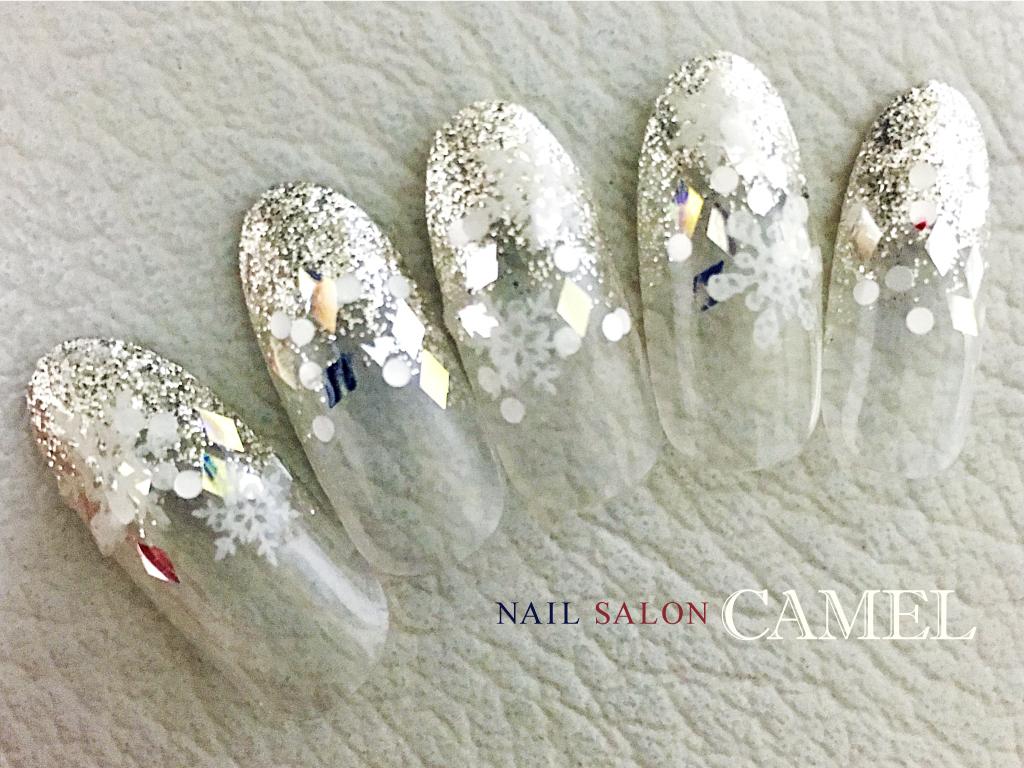 シルバーラメでキラキラな雪の結晶ネイル