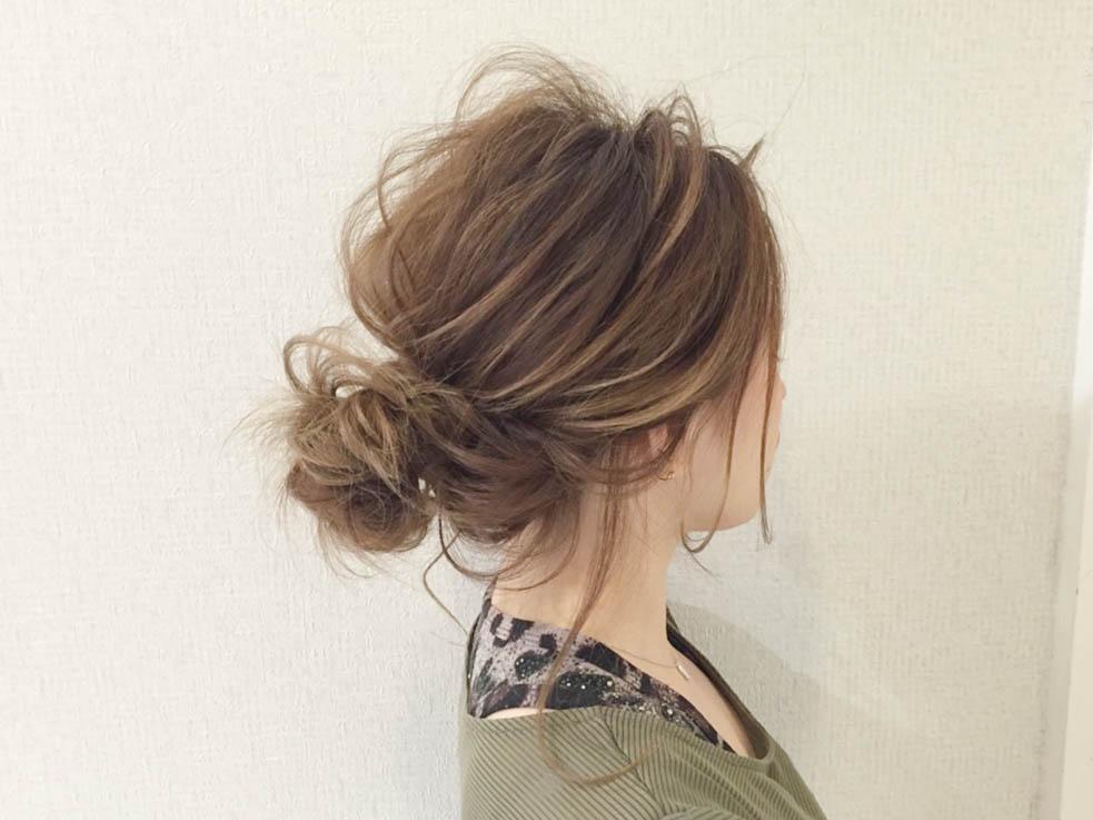髪をつまみながら引き出すのが、こなれ感ヘアのポイント