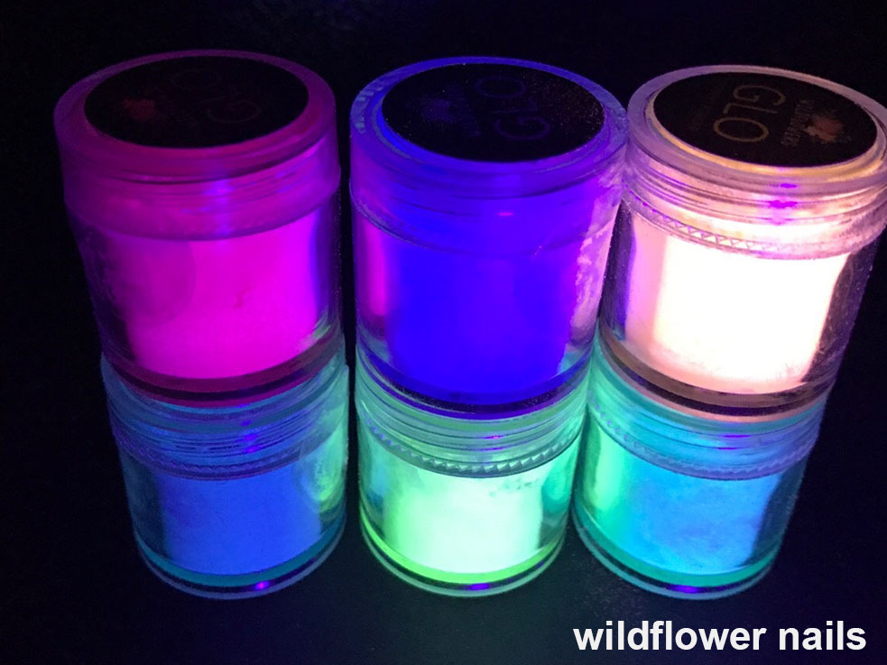 これは自然光を溜めることによって暗闇で光を放つ蓄光パウダー。ハードジェルまたはアクリルパウダーに混ぜて塗布すれば、グローネイルの出来上がり。