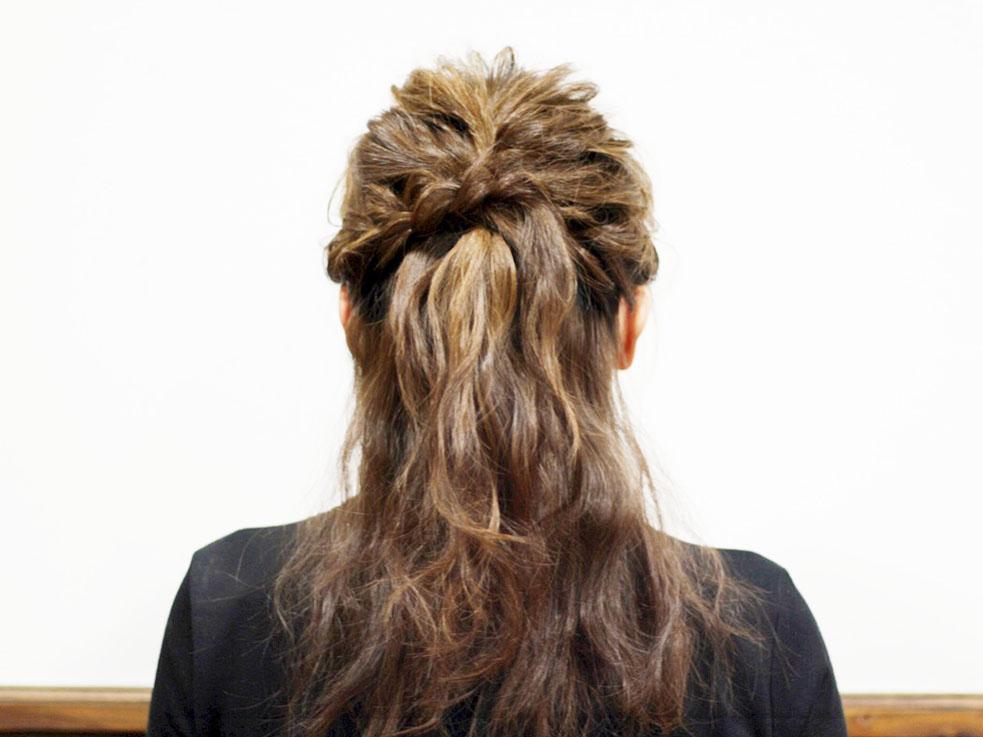 ②両サイドの髪を表編みにし、毛束をルーズに引き出します。手順①で留めたところでアメピンを留めます。