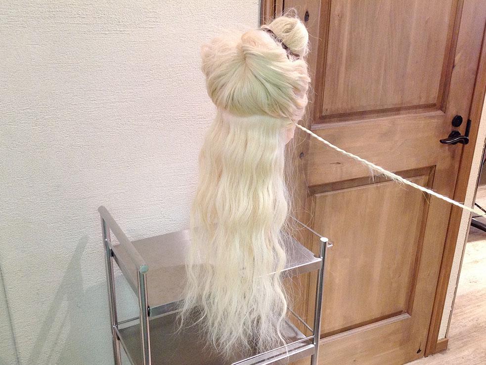 ③耳の後ろからひと束(2cm四方ぐらい)を取ります。その毛束で三つ編みを作ります。