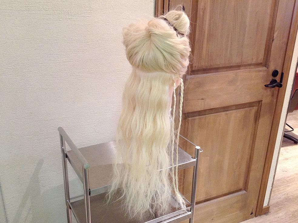 ④先ほどの後ろの毛束を取って、同様にもう一本、三つ編みを作ります。