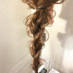 不規則な編み目のツイスリーとは!?一風変わったヘアアレンジで変化をつけて