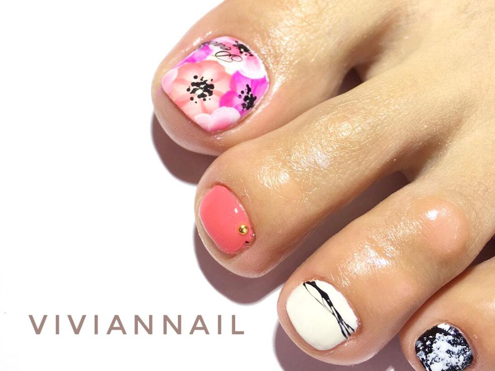 春のトレンドネイル③ 親指にお花を詰め込んだペディキュア